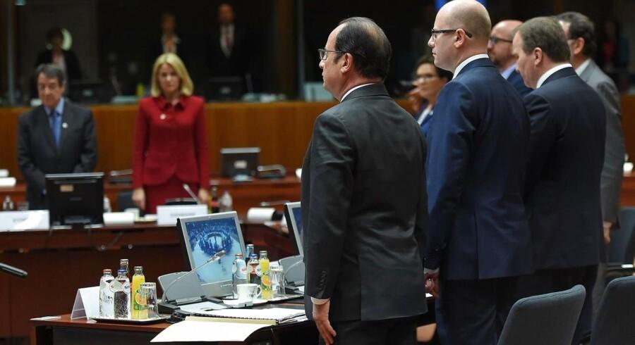 Forud for torsdagens topmøde i Bruxelles holdt Danmarks statsminister, Helle Thorning-Schmidt (i rødt), Frankrigs præsident, Francois Hollande (i midten), og de øvrige europæiske ledere et minuts stilhed til ære for de flygtninge, som er druknet i forsøget på at komme til Europa ad søvejen.