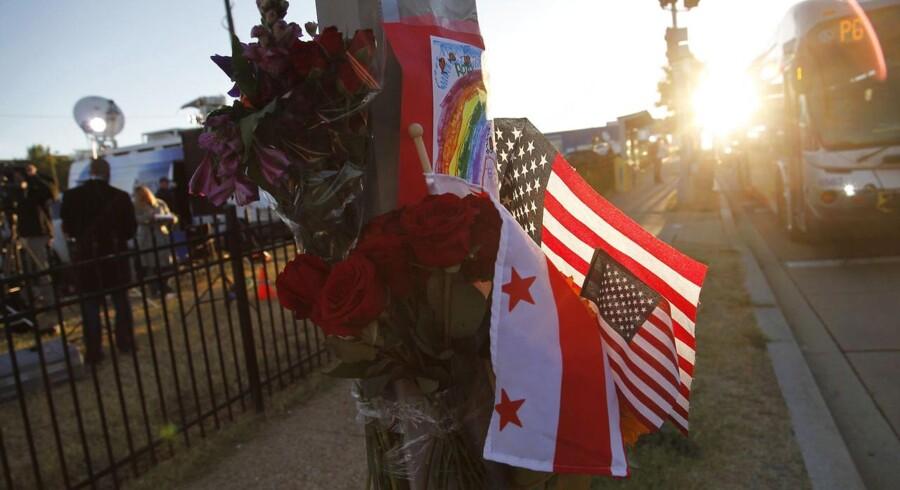 Blomster uden for Washington Navy Yard to dage efter en bevæbnet mand dræbte 12 inden han selv blev dræbt af politiet.