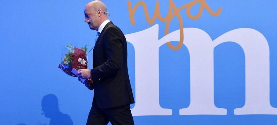 Frederik Reinfeldt forlader scenen efter at have meddelt, at han trækker sig som både statsminister og leder af partiet Moderaterna.