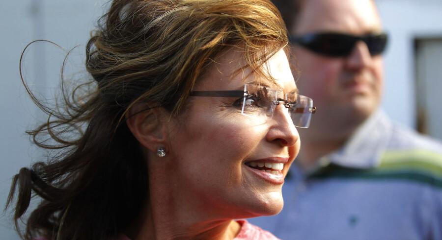 Journalister fra flere toneangivende medier og andre nysgerrige er i gang med at gennemtrawle over 24.000 sider e-mails, der er sendt til og fra Sarah Palin i de første to år af hendes tid som guvernør i Alaska.