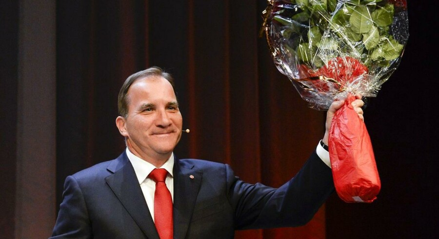 Socialdemokraternes Stefan Löfven med blomster efter valgsejren søndag.
