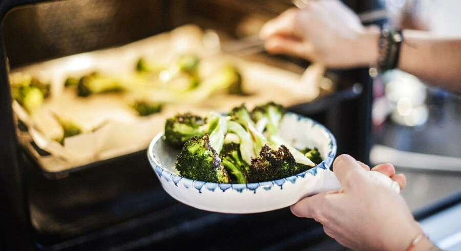 Jane Faerber fra madbanditten.dk - inviterer indenfor i sit køkken og laver en søndagsmiddag. Hun laver svensk pølseret med broccoli pommesfritter.