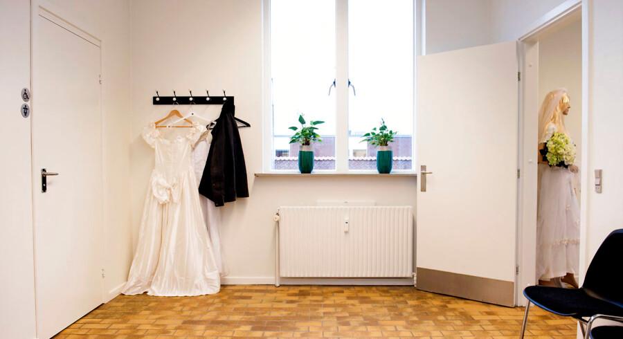 I 2017 blev 4.600 par viet på Ærø. 98 pct. af parrene kommer rejsende fra udlandet for at blive viet. På Ærø Rådhus kan man købe brudekjoler fra den lokale Røde Kors butik.