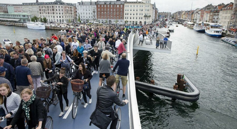Inderhavnsbroen forbinder Nyhavn og Christianshavn og har været forsinket i årevis.