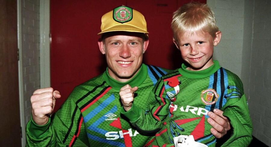 ARKIVFOTO 1993: Daværende Manchester United-målmand Peter Schmeichel med sin seks-årige søn, Kasper Schemichel, som i dag er målmand på det danske landhold og for klubholdet Leicester City.