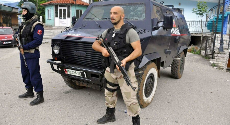 Tungt bevæbnet albansk politi rykkede torsdag ind i landsbyen Lazarat og gennemførte en omfattende narko-razzia.