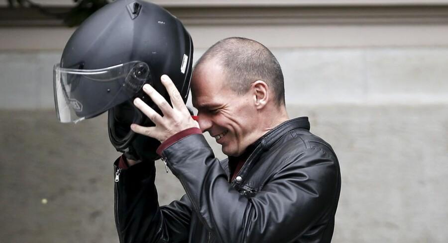 Den græske finansminister Yanis Varoufakis tager sin motorcykelhjelm på efter et møde med premierminister Alexis Tsipras tilbage i marts.
