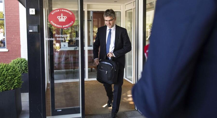 Onsdag faldt der dom i EBH-sagen, hvor otte tidligere bankfolk var anklaget for kursmanipulation - alle otte blev frifundet i retten i Hjørring. Advokat Arvid Andersen, der er forsvarer for Finn Strier Poulsen forlader retten.