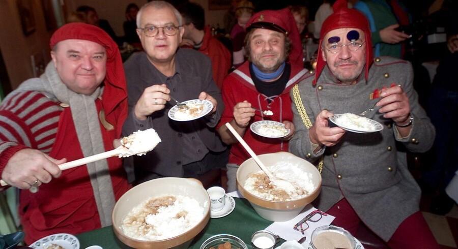"""DRs julekalender fra 1984 """"Nissebanden"""" bliver genudsendt i år. Her et udvalg af de gamle nisser og et stk. instruktør, fra venstre Flemming Jensen, Per Pallesen, Lars Knutzon og A38 på et pressemøde i Tivoli."""