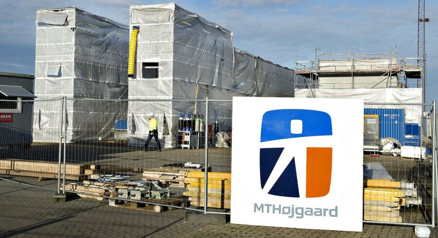 ARKIVFOTO. Jernbanebro pakket ind på kajen i Aalborg havn, th. den tonstunge kontavægt i beton