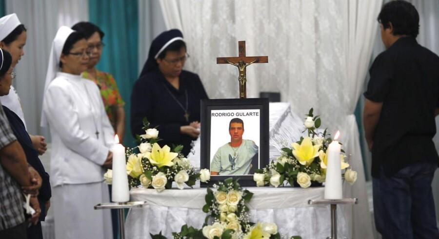 Katolske nonner ved kisten med den henrettede brasilianer Rodrigo Gularte i Jakarta, Indonesien 29. april. Gukarte blev henrettet ved skydning natten mellem tirsdag og onsdag.