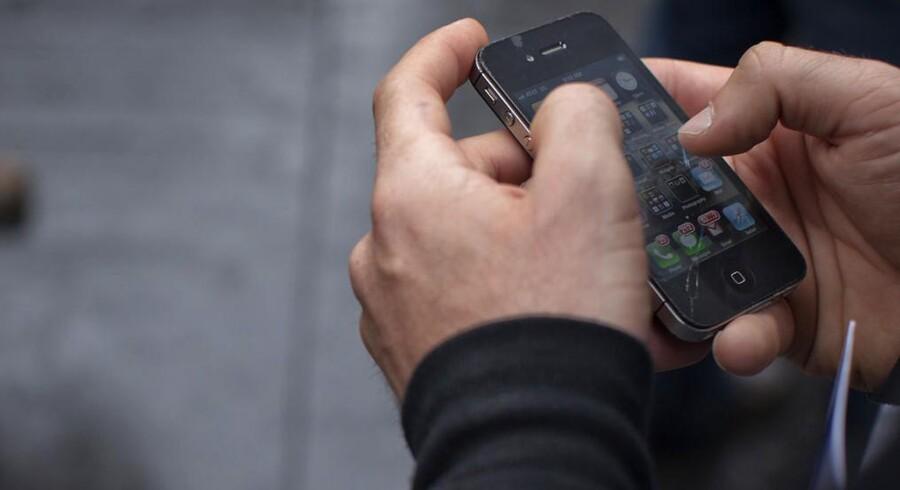 Til efteråret bliver det teknisk muligt for danske bankkunder at bruge deres smartphone i stedet for plastikkort, når de skal hæve kontanter i en pengeautomat.
