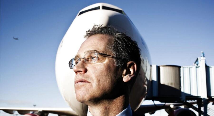Svenske Rickard Gustafson har oplevet lidt af et stormvejr, siden han overtog jobbet som øverste chef for SAS i begyndelsen af 2011. Nærmest fra dag ét har livet som SAS-boss budt på kampe med banker, ejere og med- arbejdere, og nu – hvor selskabet endelig ser ud til at have fundet kursen – trues luftfarten af en voldsom priskrig.