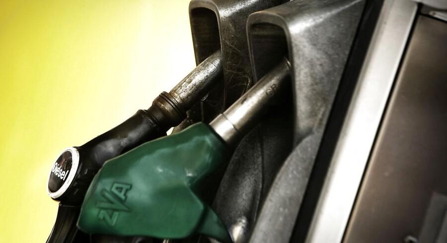 Hvis du må en tur forbi en benzintank onsdag, kan du glæde dig over, at benzinprisen falder markant. Prisen på en liter benzin dykker med hele 21 øre onsdag formiddag, mens prisen for en liter diesel falder med 10 øre.