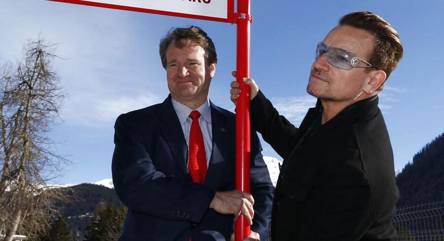 Administrerende direktør i Bank of America, Brian Moynihan, har fået lønforhøjelse for sit arbejde i 2013. Her poserer han sammen med sangeren Bono ved World Economic Forum i Davos.