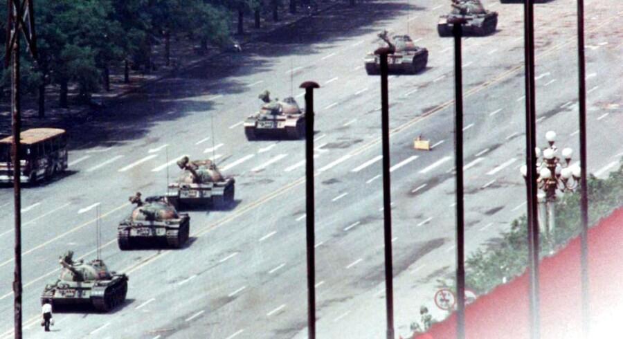 Her et meget berømt billede fra oprøret i 1989: En mand stiller sig i vejen for en kolonne af kampvogne på Chang'an Avenue ved Tiananmen - Den Himmelske Freds Plads - i Beijing.