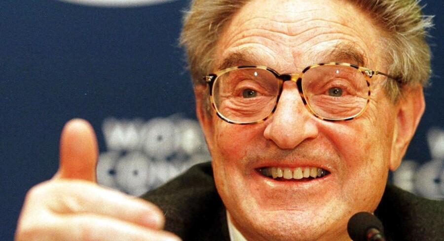 George Soros fotograferet i 1999 uder World Economic Forum i Davos, hvor han argumenterer for at sende »en mur af penge« mod Brasilien. seks år tidligere skrev han sig ind i historien som hovedmand bag opløsningen af den britiske fatskurspolitik.