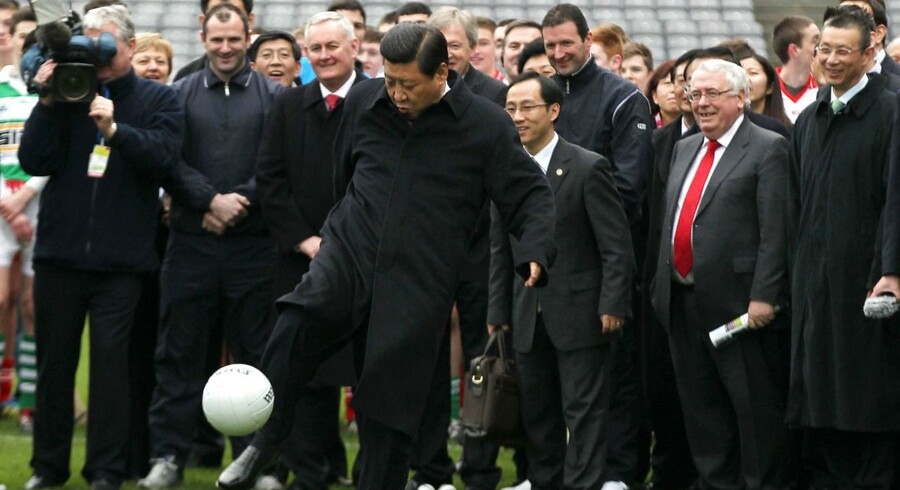 Xi Jinping demonstrerer evnerne med en bold under et besøg i Irland tilbage i 2012. Præsidenten har aldrig lagt skjul på sin store passion for fodbold.