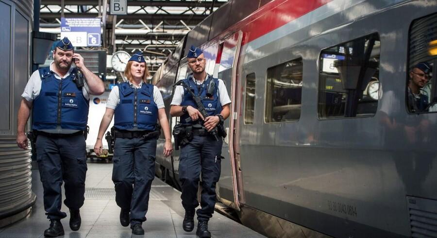 Politifolk patruljerer efter angrebet på højhastighedstoget mellem Amsterdam og Paris.