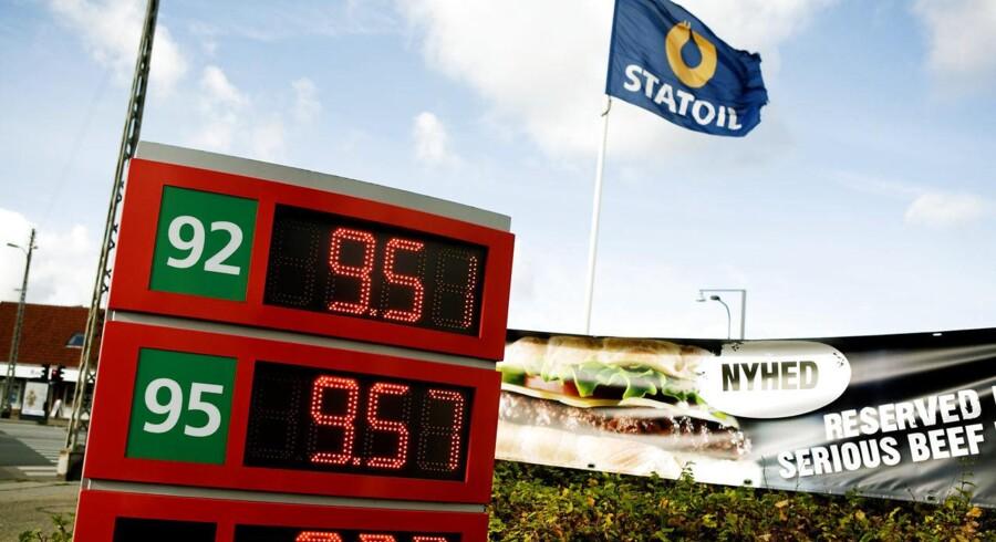 Pumpeprisen på benzin med et oktantal på 95 er igen under magiske ti kroner literen flere steder i Danmark.