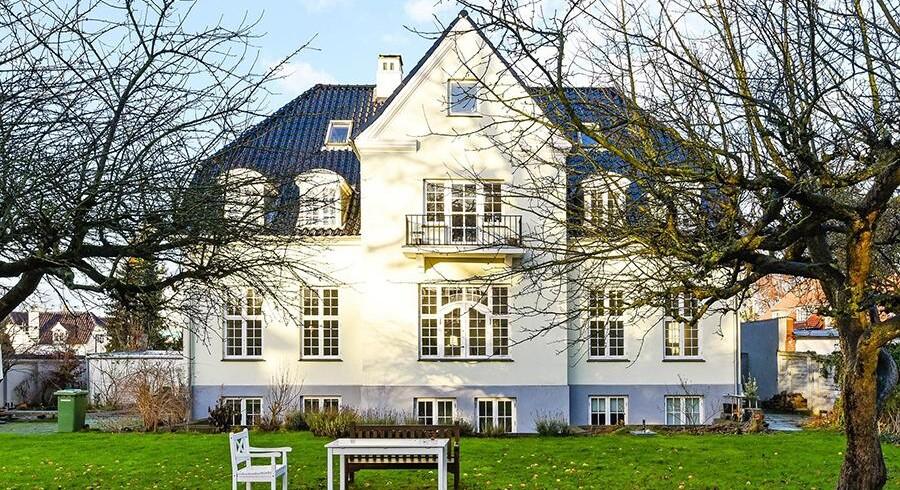 Dirch Passer og hans hustru Hanne flyttede i midten af 1960'erne fra deres lejlighed på Gråbrødretorv i det indre København til et 382 kvadratmeter stort palæ på Rosbæksvej på grænsen mellem Hellerup og Østerbro. Foto: Nybolig Thomas Boye