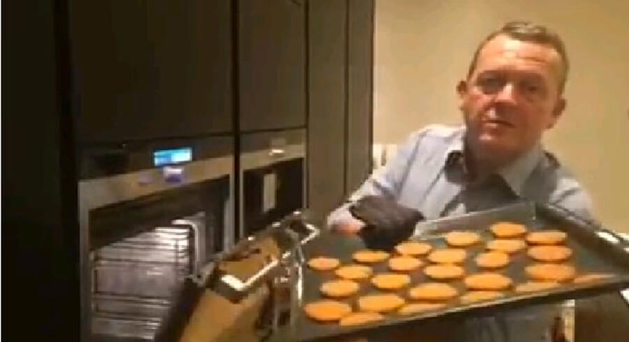 Lars Løkke Rasmussen hiver brunkager ud af ovnen i det sidste afsnit af hans Facebook-julekalender.