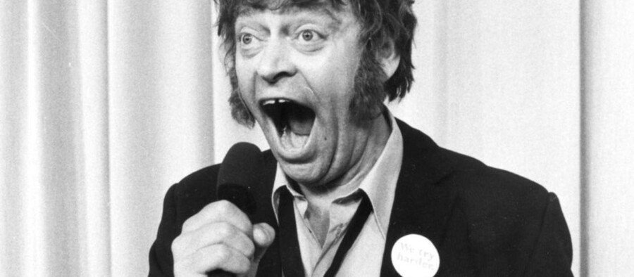Dirch Passer fik 3. september 1980 et ildebefindende under udførelsen af det berømte Kim Larsen-nummer i Tivoli Revyen. Han døede senere samme aften på Københavns Kommunehospital.