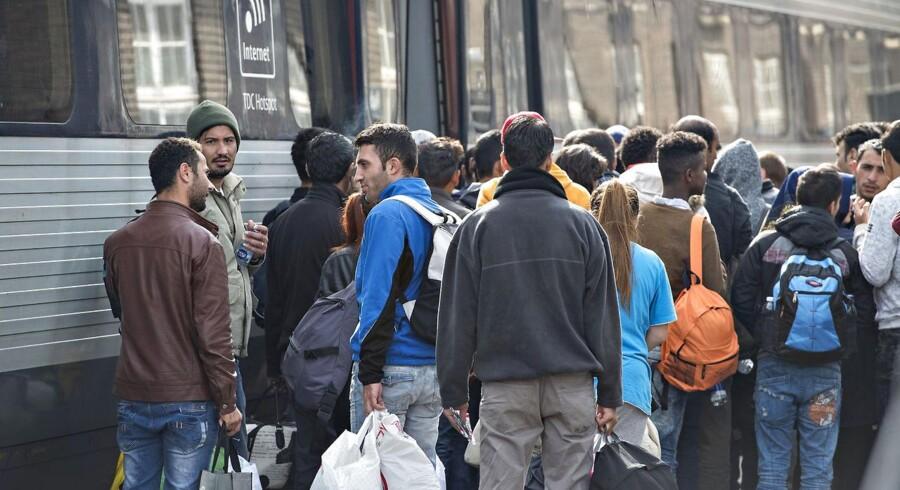 Padborg Station. Flygtninge og migranter venter på at få plads i et tog til København.