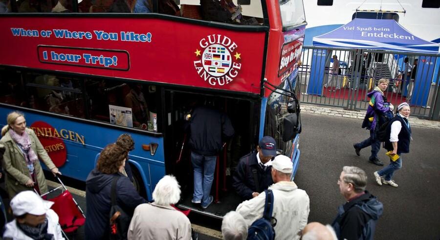 Turister fra krydstogtskibet AidaBlue på vej om bord i en sightseeing-bus i København ved Langelinie. København er, på trods af dårlige tal fra turistindustrien, Nordeuropas største cruisehavn.