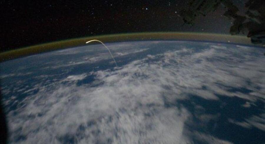 Rumfærgen Atlantis trækker et plasmaspor efter sig på vej ind i Jordens atmosfære.