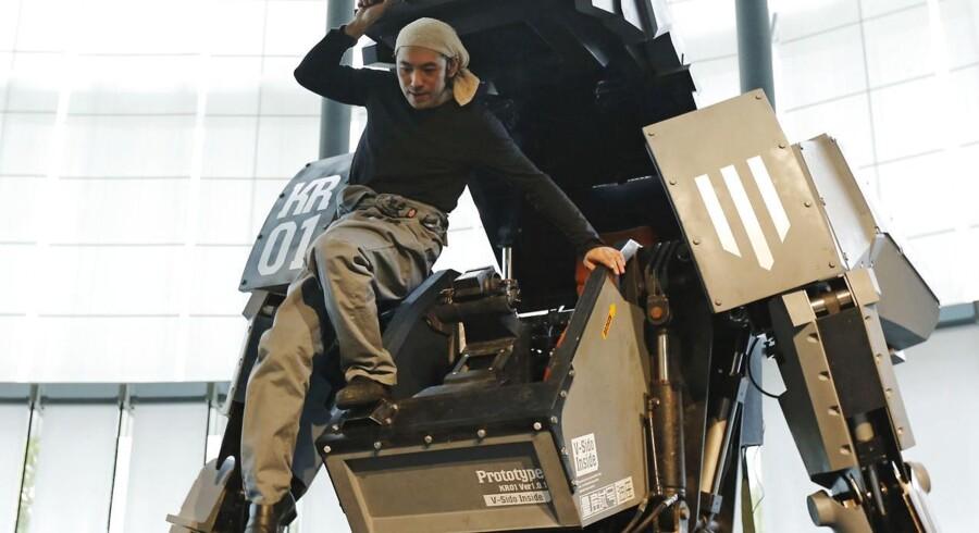 Japanske Kogoro Kurata på vej ud af sin kreation, robotten Kuratas, til en præsentation 28. november i Tokyo.