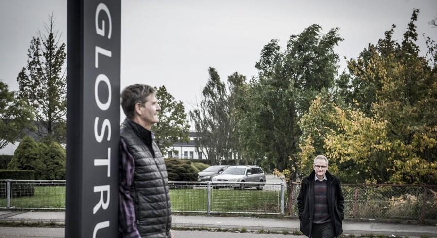 Der er stor forskel på skatten i nabokommunerne Albertslund og Glostrup - de to kommuners borgmestre forklarer deres skattesatser og er her fotograferet på grænsen mellem kommunerne på Roskildevej. Fra venstre: John Engelhardt, borgmester i Glostrup med Steen Christiansen, borgmester i Albertslund.