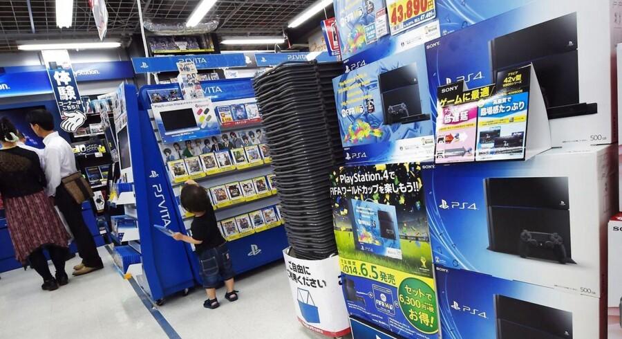 Sonys Playstation 4-spillekonsol har nu solgt over 10 millioner styk. Her ses den i en elektornikbutik i Tokyo i hjemlandet Japan. Foto: Kazuhiro Nogi, AFP/Scanpix