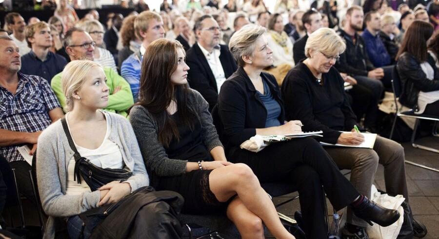 De mange fremmødte lytter til en taler på den store scene, hvor Paula Larrain er konferencier. Blandt andet kunne de stille spørgsmål til et fiaskopanel med fire iværksættere, der har prøvet at have succes og miste den igen.