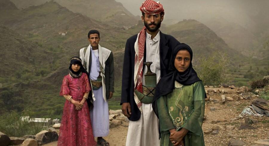 ARKIVFOTO fra serie om barnebrude i Yemen. Tahani (i pink) blev gift med sin mand Majed, da hun var seks og han var 25. Hendes klassekammerat Ghada (i grøn) poserer med sin mand i de yemenitisk bjerge.