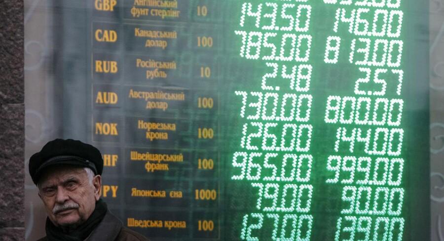 Oven på weekendens uroligheder svækkes den ukrainske valuta, hryvnia, mandag morgen med 3,5 pct. i forhold til dollar, mens svækkelsen i forhold til euro lyder på 2,8 pct.