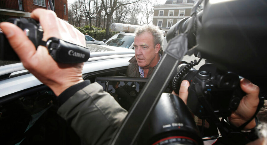 Jeremy Clarkson har rodet sig ud i endnu en mediestorm. Denne gang ser den ud til at koste ham jobbet som vært for det populære tv-program Top Gear. Han har tidligere udtalt sig nedsættende om mexikanere, muslimer og sorte, men det var et højrøstet skænderi, der angiveligt endte i et slagsmål, der fik BBC til at suspendere den kontroversielle tv-vært.