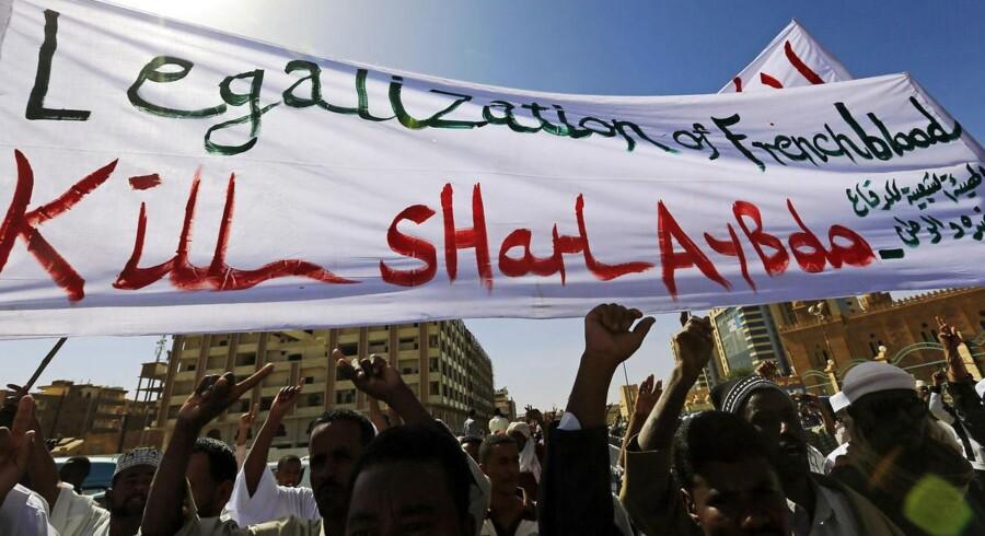 Muslimer demonsterer i Sudan mod Frankrig og Charlie Hebdos seneste forside med Profeten Muhammed på forsiden.