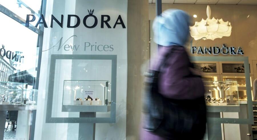 Pandoras salg af smykker steg med omkring 40 pct. til 16,7 mia. kr. sidste år, og det var en anelse højere end forventet. Selskabet havde tidligere meldt ud, at det regnede med et salg på mere end 16 mia. kr.