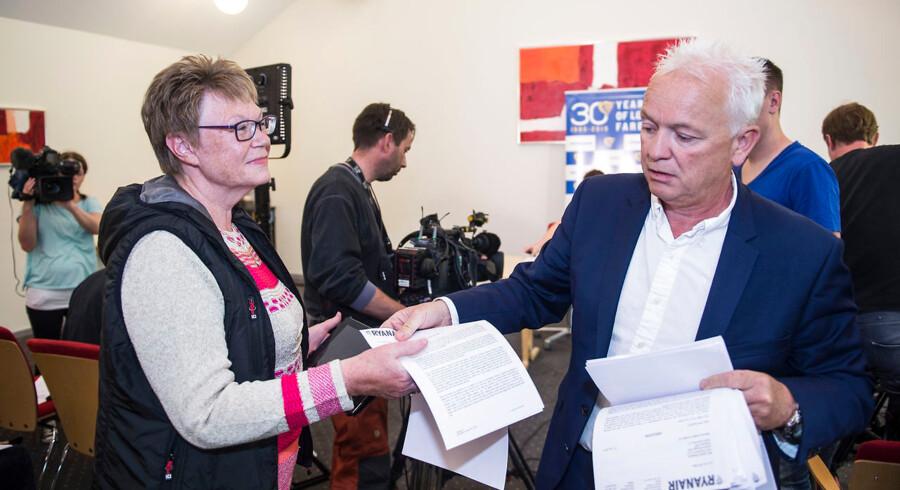 Eddie Wilson, personaledirektør i Ryanair uddeler papirer til Henny Fiskbæk, formanden for HK Privat Sydjylland under pressemødet tirsdag d. 14 juli 2015 i Billund. (Foto: Claus Fisker/Scanpix 2015)