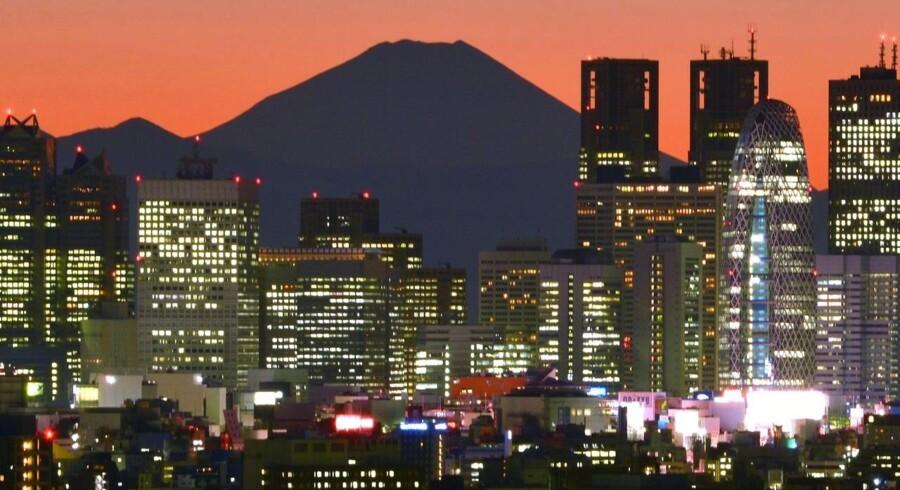Solens Rige kæmper stadig med at få sin økonomi til at vågne op. Her ses Japans højeste bjerg, Fuji, som baggrund til skyskraberne, der præger Shinjuku-kvarteret i Tokyo.