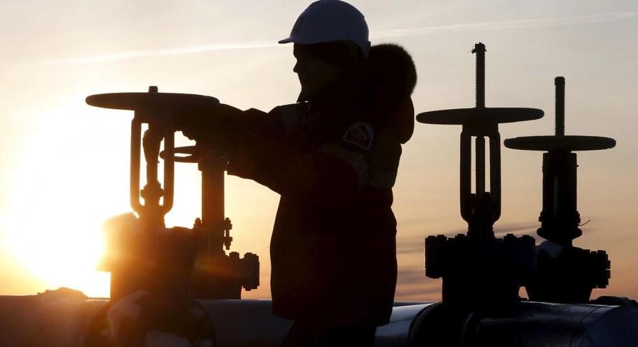 En tønde af den europæiske referenceolie, Brent, koster fredag morgen 34,40 dollar mod 34,15 dollar ved 17-tiden torsdag eftermiddag. Den amerikanske WTI-olie koster samtidig 33,60 dollar mod 33,40 dollar torsdag eftermiddag.