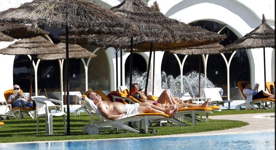 Arkivfoto: Turister solbader ved poolen på hotel Vincci Lella Baya i Hammanet.