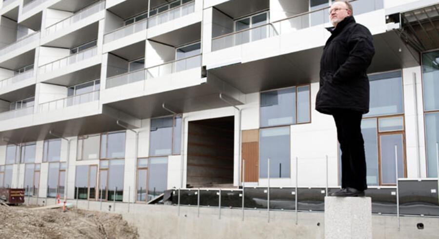 Jens Kramer Mikkelsen nyder udsigten fra den sydlige del af Ørestad ud over Kalvebod Fælledmed arkitekt Bjarke Ingels' 8-tallet i baggrunden.
