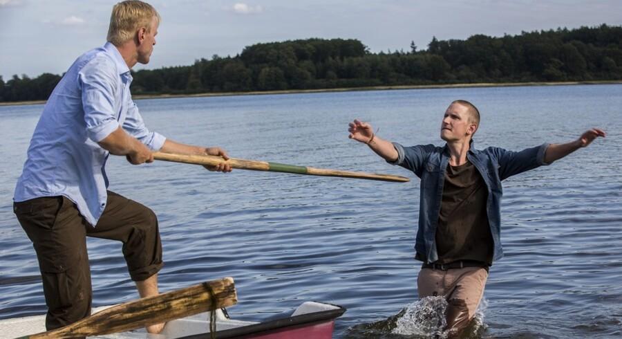 Frederik (Carsten Bjørnlund) driver efterhånden af sted som en båd uden årer, mens Emil (Mikkel Boe Følsgaard) prøver at få både ham og resten af familien på ret køl. Foto: Per Arnesen