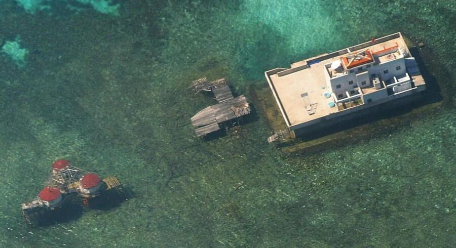 Dette luftfoto taget af det filippinske luftvåben viser, hvordan kinesere anlagde konstruktioner på Mischief-revet i Det Sydkinesiske Hav tilbage i 2003. Nu er territorialstriden blusset op på ny.