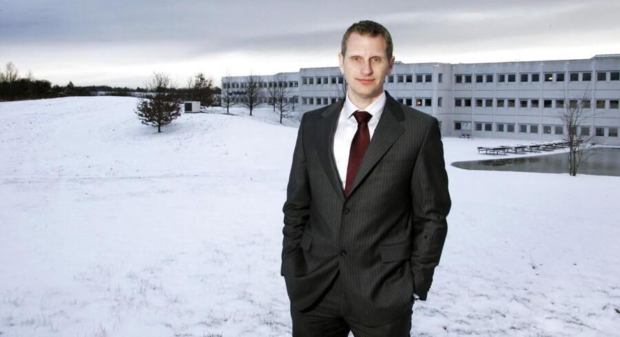 Jørgen Bundgaard Hansen ved Coloplasts bygning i Humlebæk.