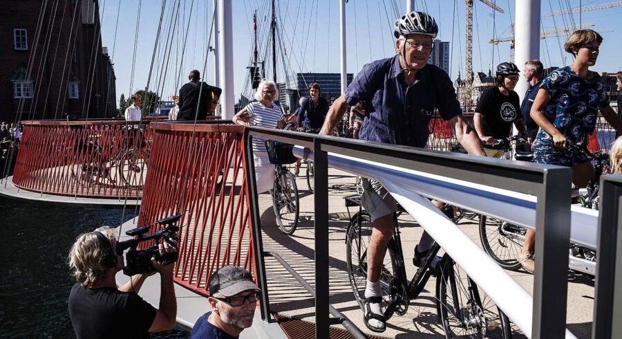 Broen er en cykel- og gangbro som forbinder kajen langs havnen imellem Christianshavn og Islands Brygge.Mange mennesker er mødt op til indvielsen.