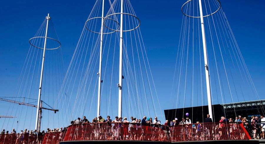 Broen er en cykel- og gangbro som forbinder kajen langs havnen imellem Christianshavn og Islands Brygge.