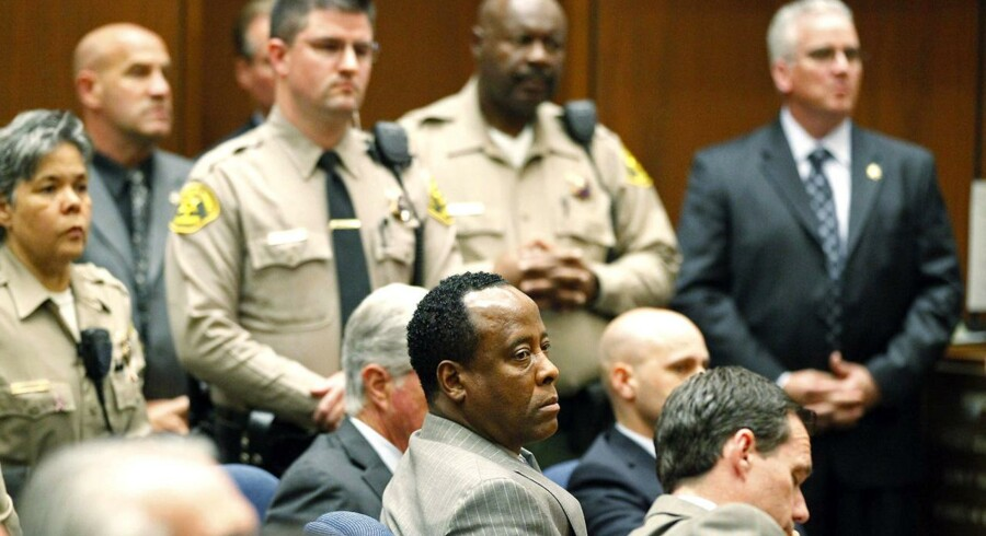 Dr. Conrad Murray afventer juryens afgørelse i retten i Los Angeles.